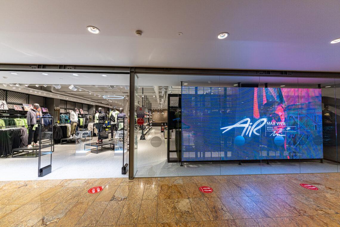 LED ekraan, läbipaistev ekraan, digitaalne reklaamipind, ekraanilahendus kauplusele, poele, Nike, Leedu, Ledzep Group