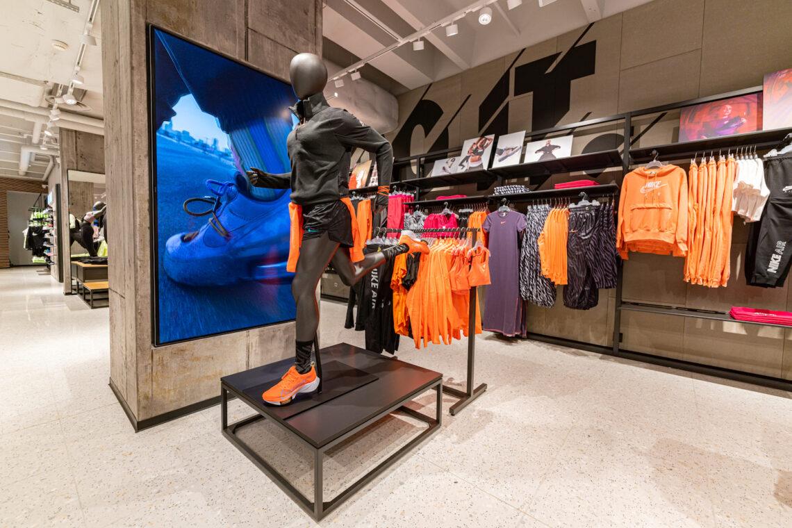 LCD ekraan, digitaalne reklaamipind, ekraanilahendus kauplusele, poele, Nike, Leedu, Ledzep Group